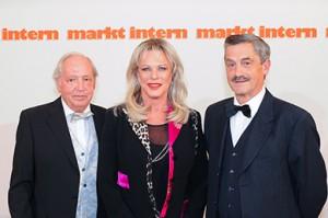 markt intern-Chef Günter Weber mit Lisa Fitz & Laudator Wolgang Effenberger